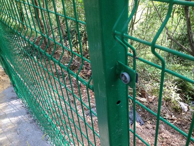 体育场围栏网安装晃动原因